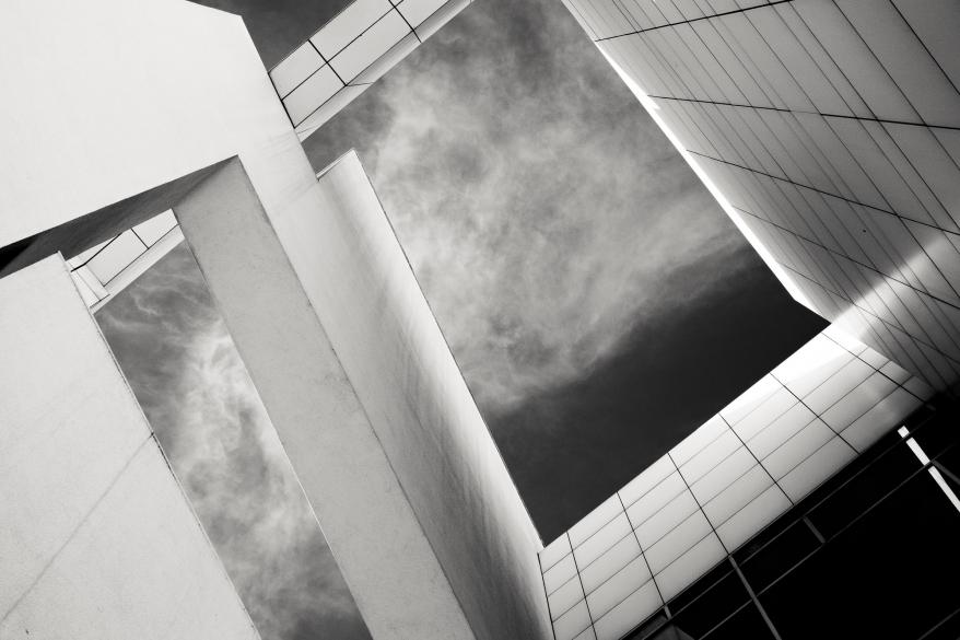 Byggnad mot himmel. Foto.