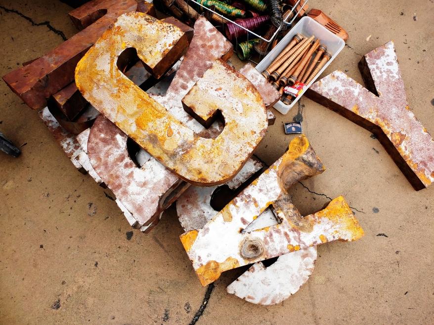Plåtbokstäver på loppmarknad i New York