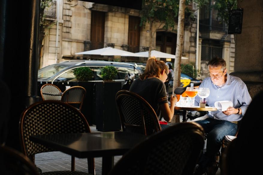 Man och kvinna äter frukost på café. Foto.