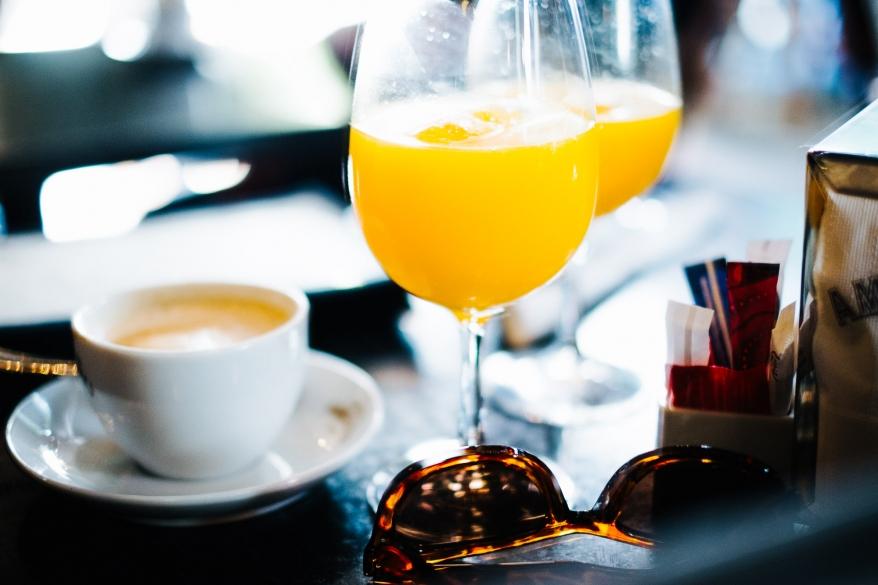 Frukost på café. Foto.