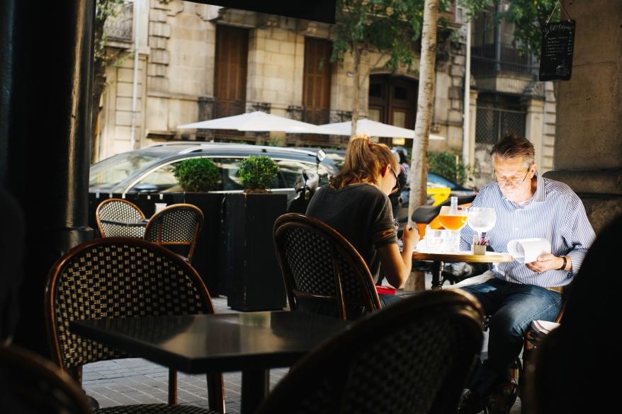 Far och dotter äter frukost i Barcelona