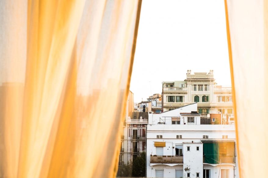 Stad genom gula gardiner. Foto.