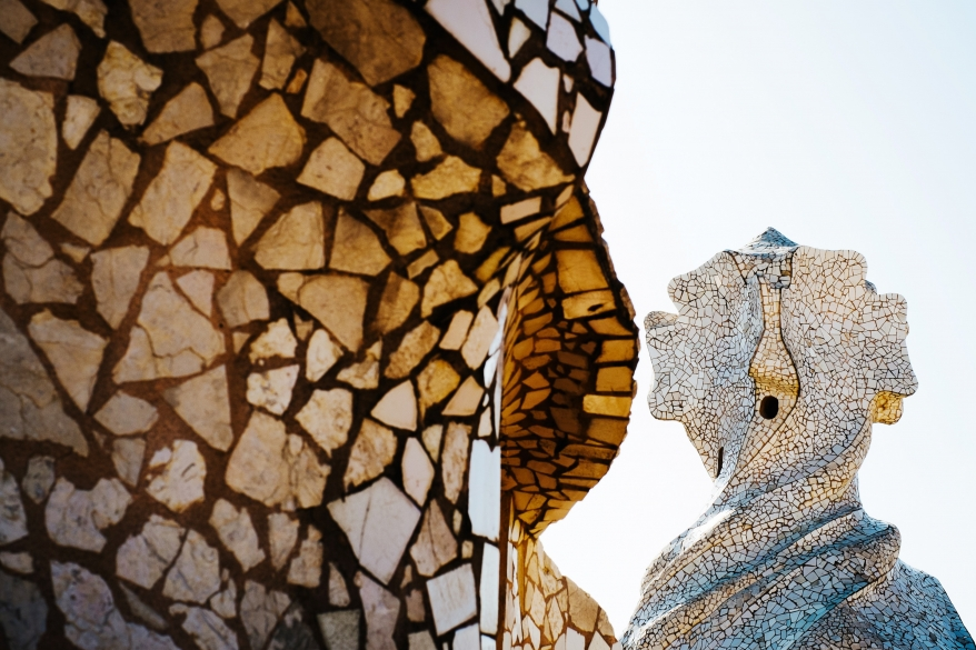 Gaudi, skulptur på tak i Barcelona