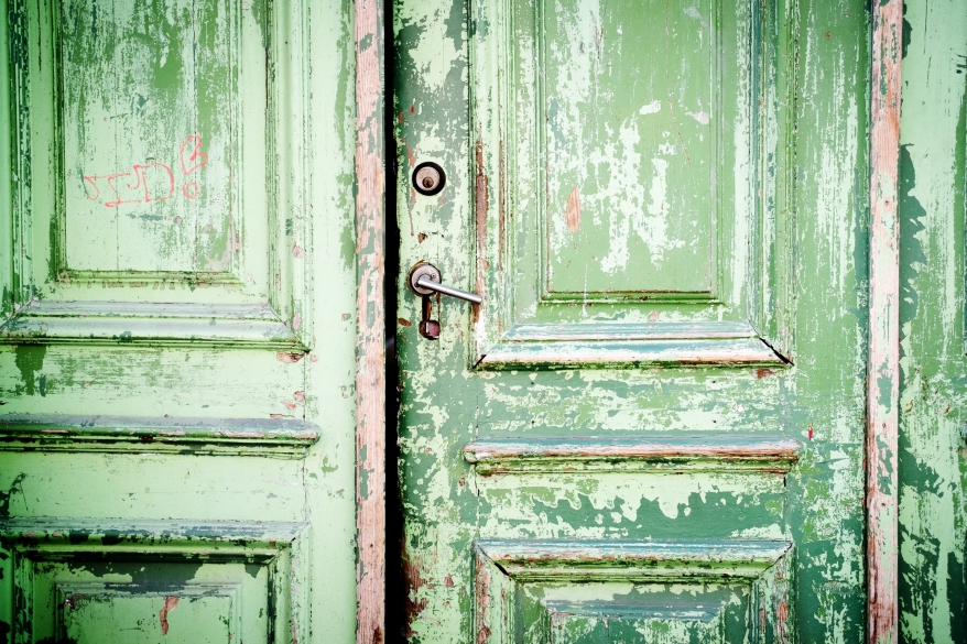 Grön dörr. Foto.