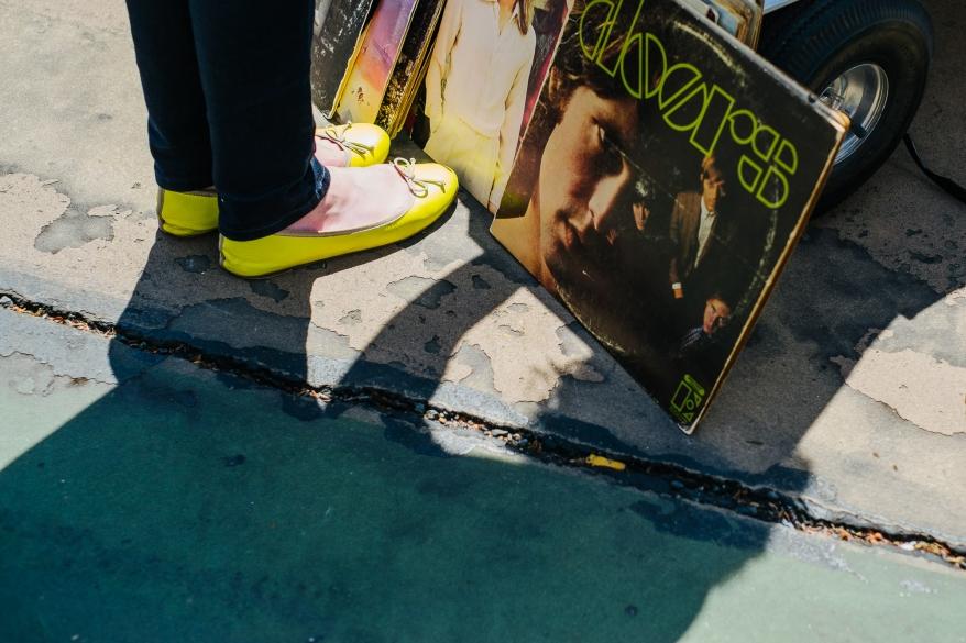 Gula skor och LP-skivor. Foto.