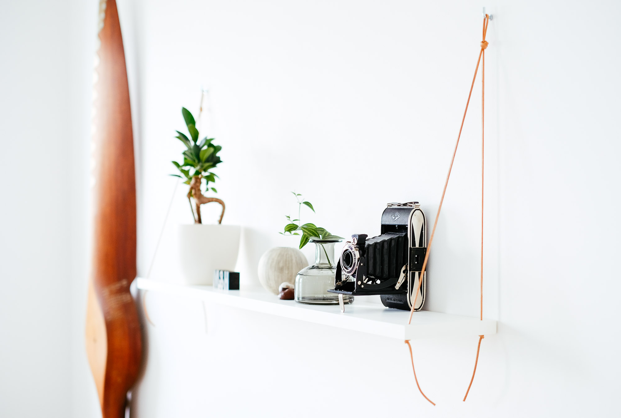 Vägghylla med lädersnöre