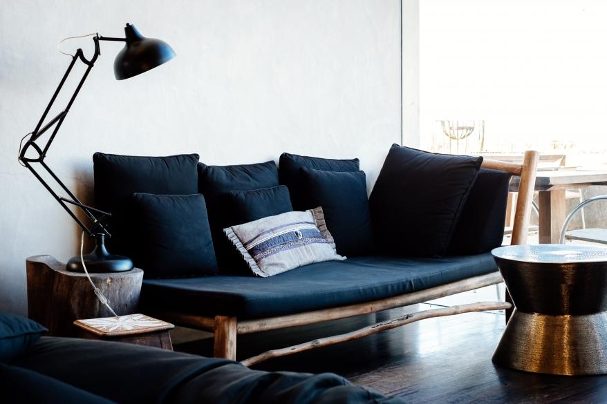 Soffa, bord och läslampa. Foto.
