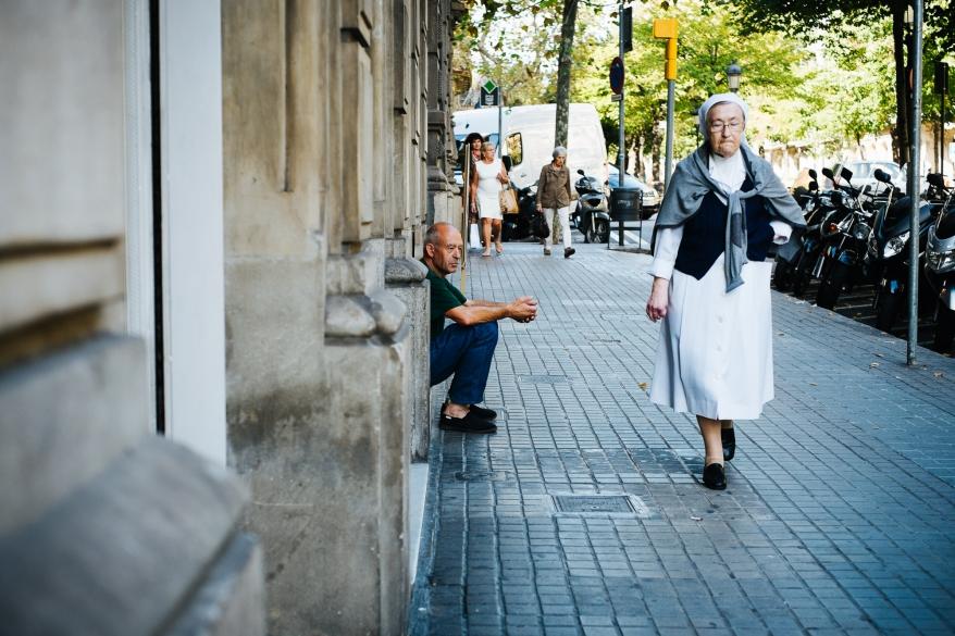 Nunna går på trottoar. Foto.