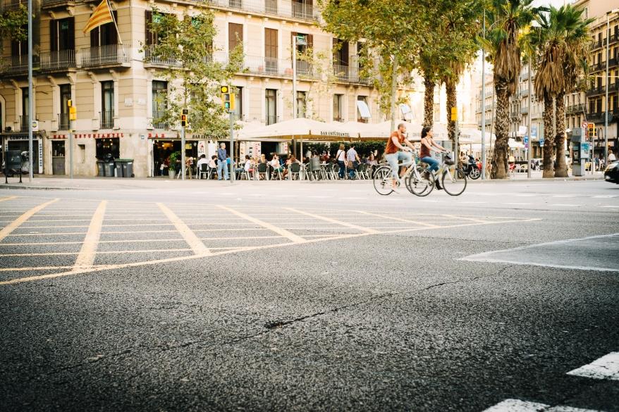Par som cyklar på gatan. Foto.