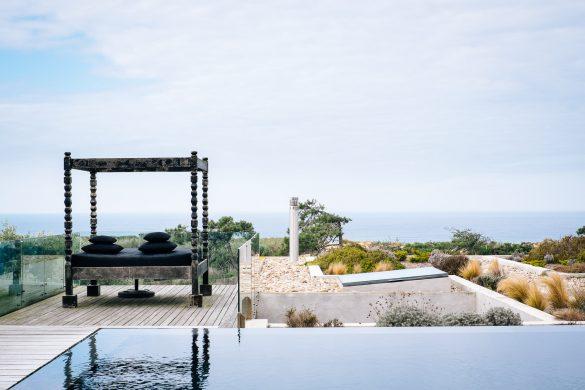 Pool och trädgård på hotellet