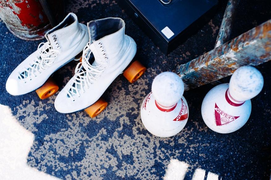 Rullskridskor och bowlingkäglor, loppmarknad Brooklyn New York