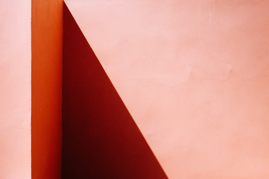 Skuggor på rosa vägg