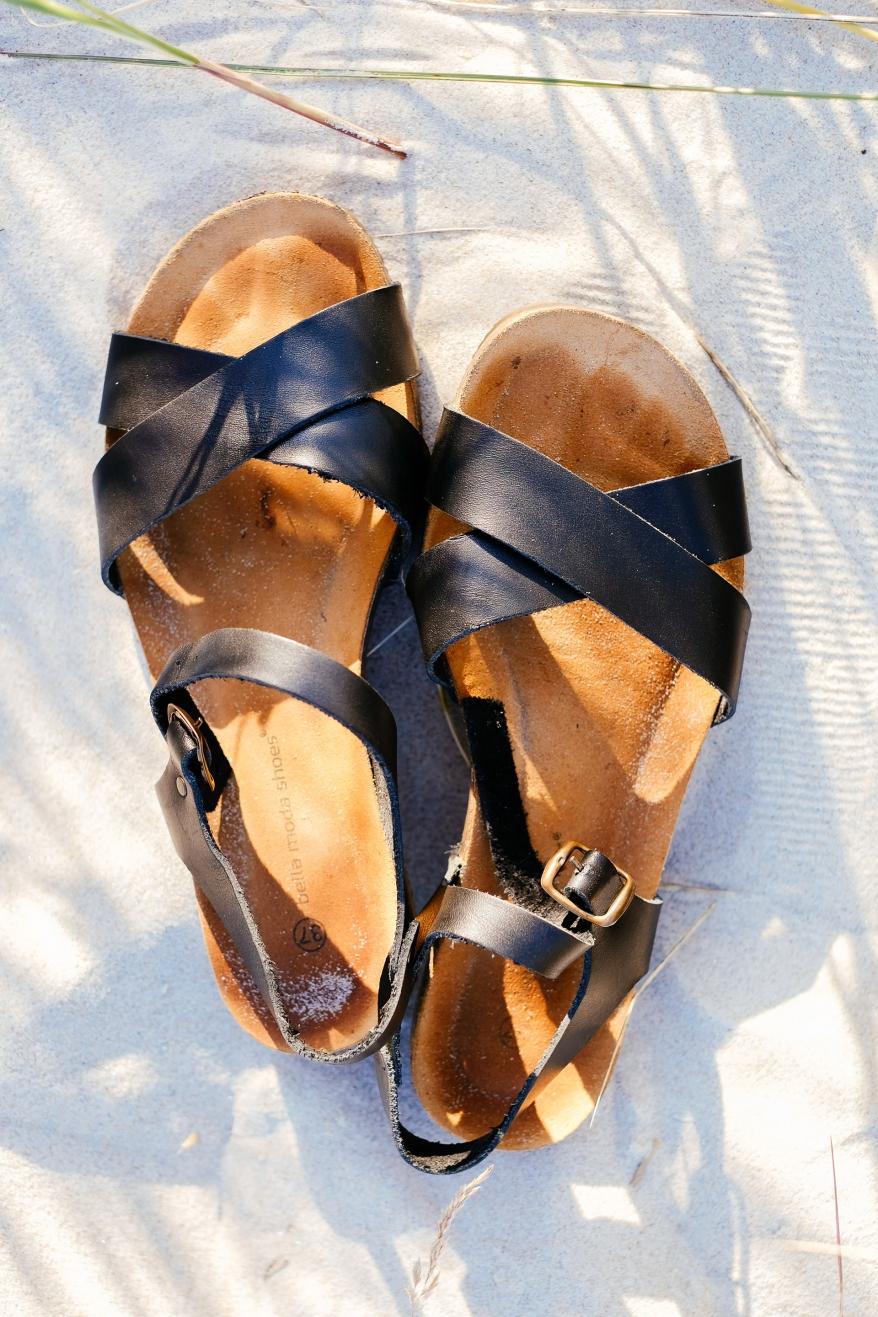 Sandaler in sand. Foto.