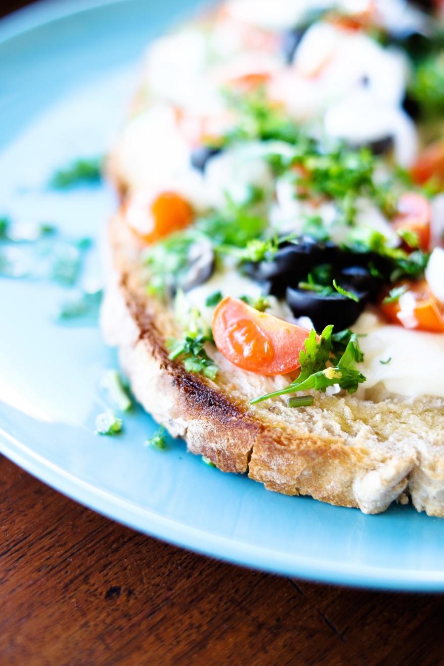 Toast med ost och grönsaker. Foto.