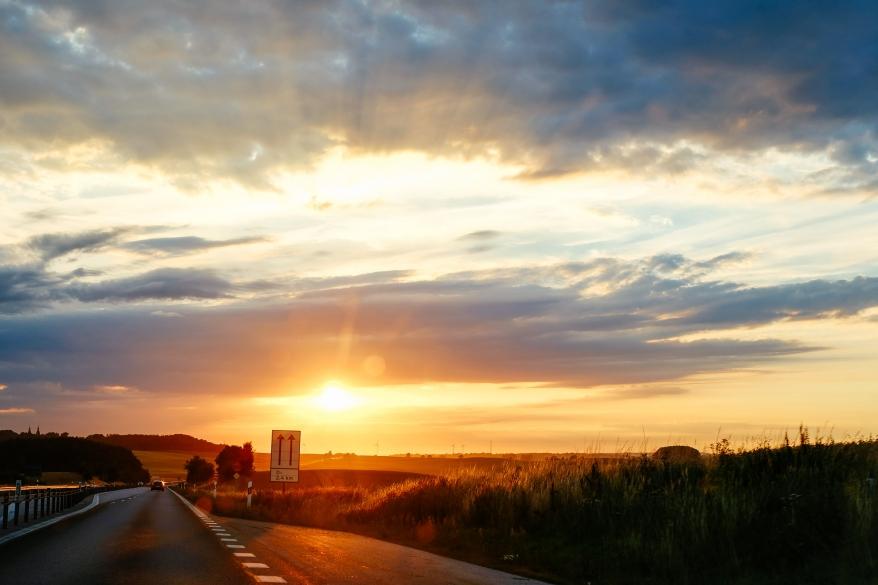Bilväg i solnedgång