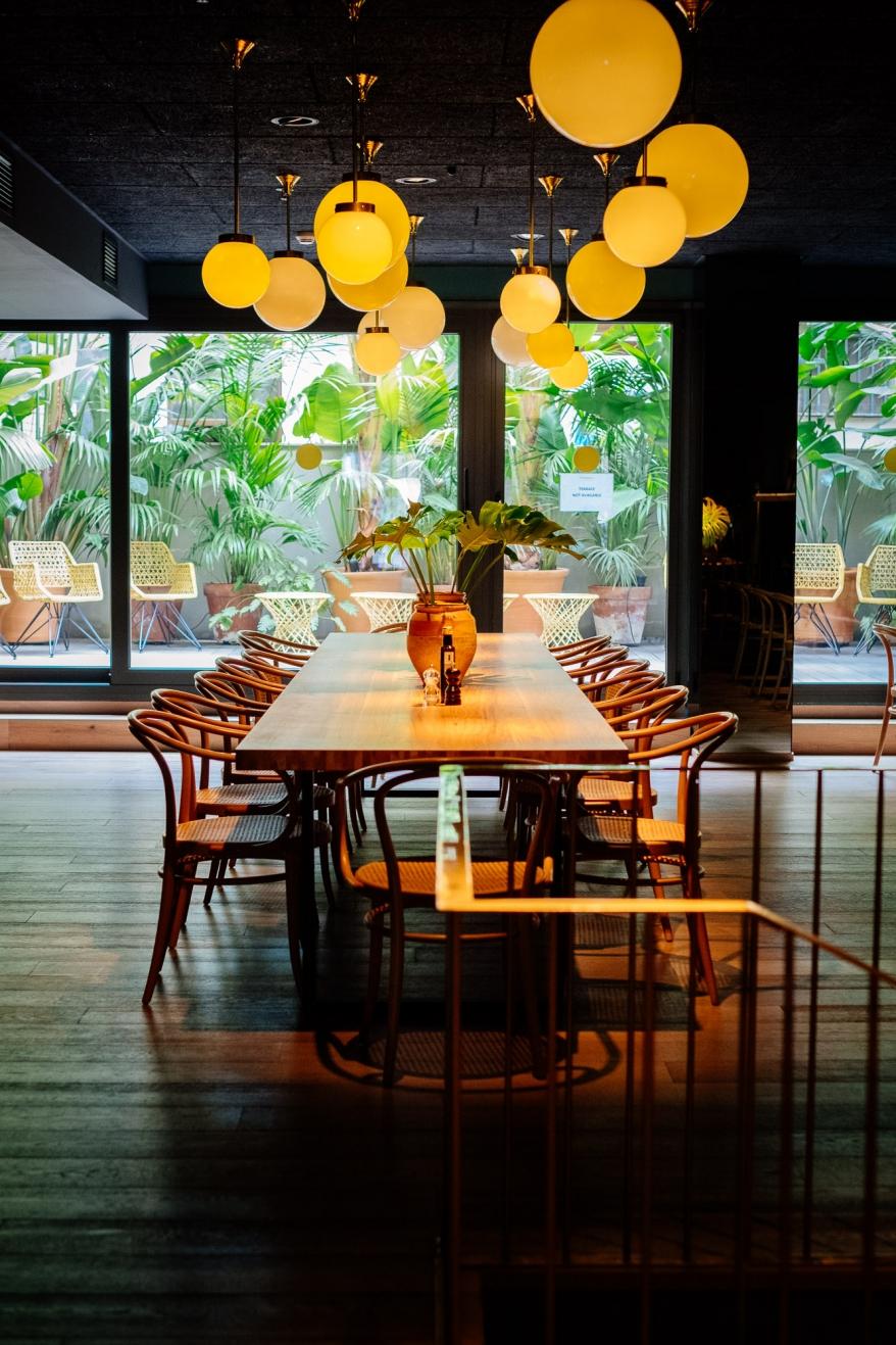 Matsal med bord och stolar. Foto.