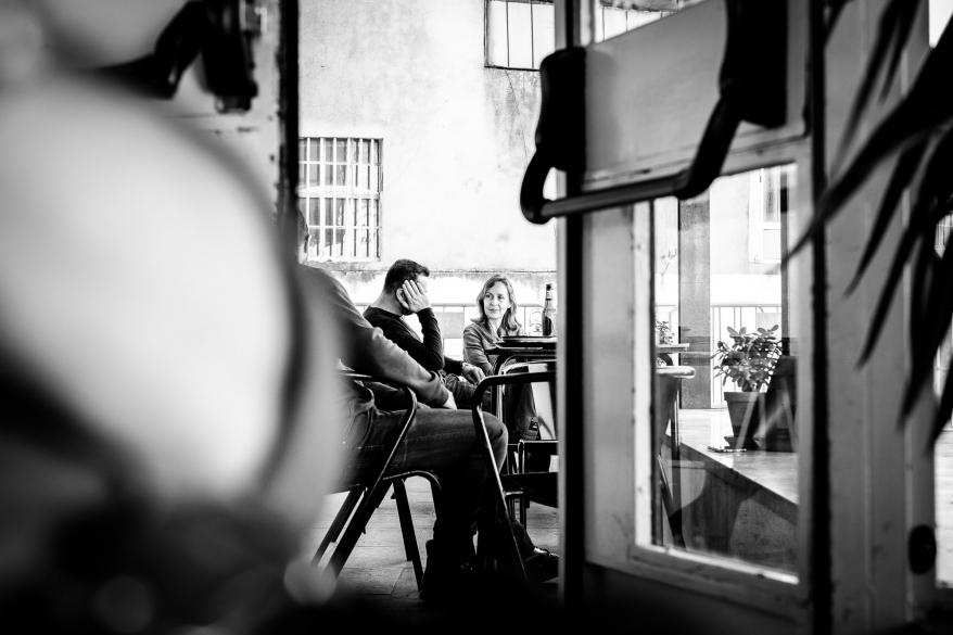 Två personer på café. Foto.