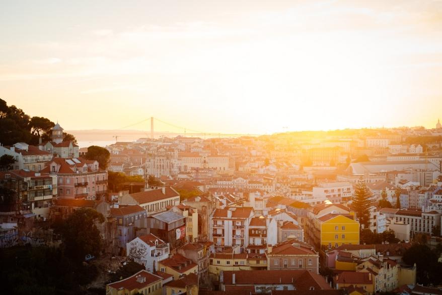 Utsikt över stad i solnedgång. Foto.