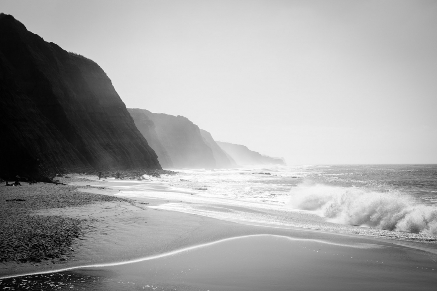 Klippor, strand och hav. Foto.