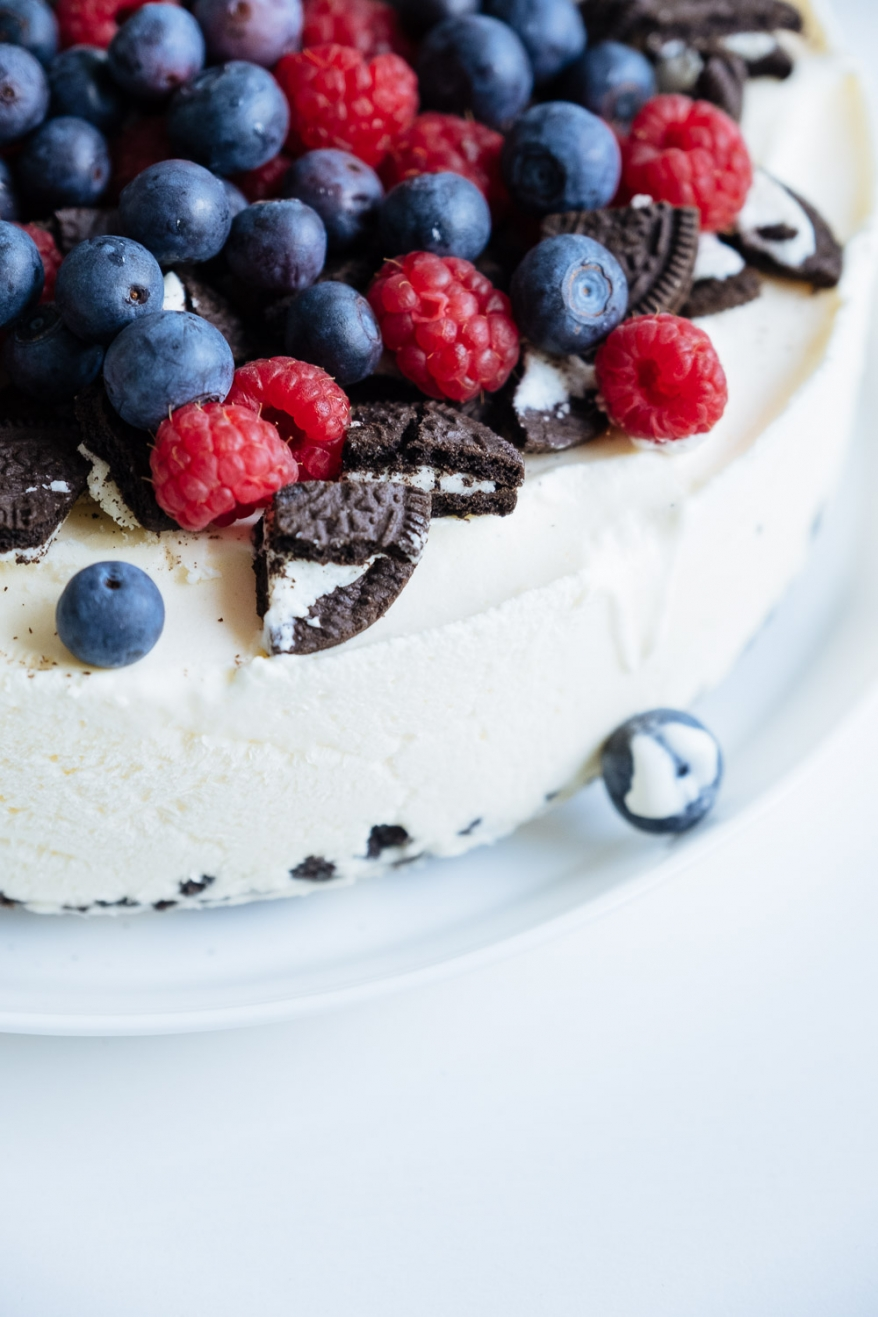 Tårta med hallon och blåbär. Foto.