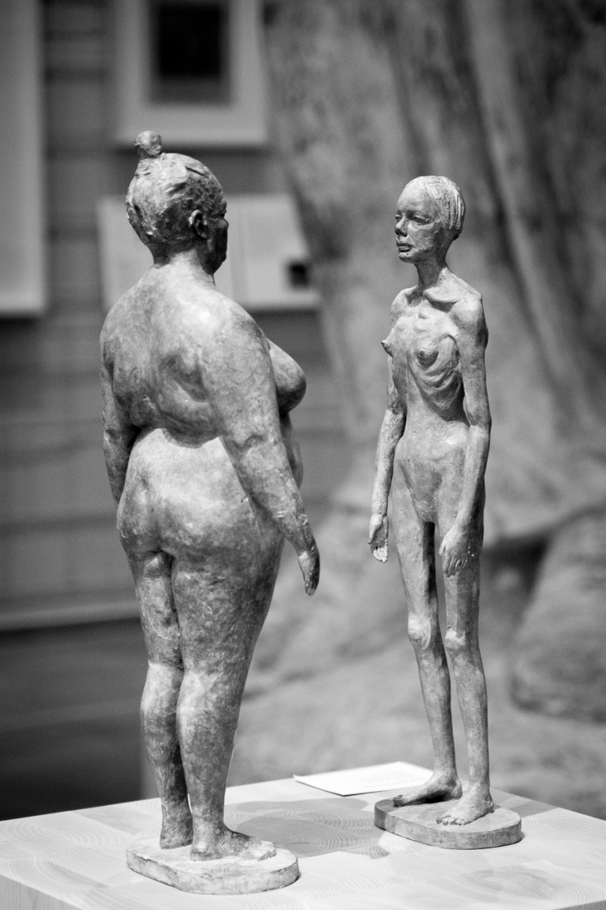 Sculptures of fat and skinny woman. Photographer: Helena Bergqvist.