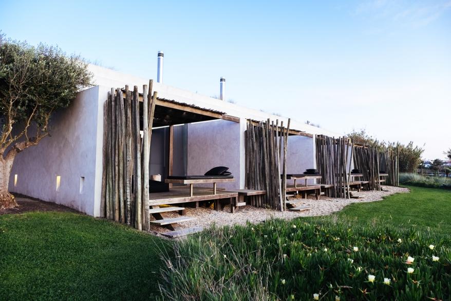 Hotellrum som vetter mot trädgård. Foto.