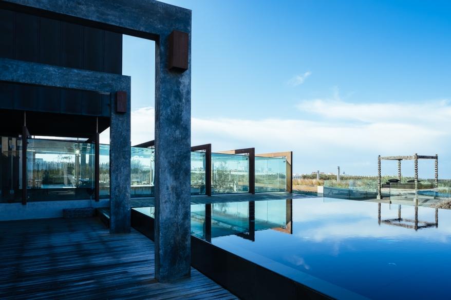 Byggnad med pool. Foto.